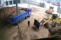 影》 驚悚!女站堆土機視線死角 遭鏟起倒進碎石機