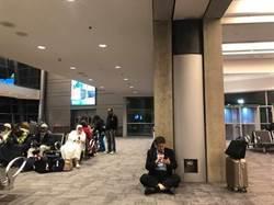 柯文哲在機場席地而坐 綠委怒批外交部失職