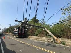 太扯了!大貨車扯斷電線拔起電線桿還腰折 彰化150戶停電