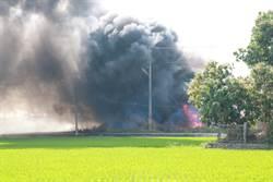 好大的黑煙直竄天際 竟是路邊空地廢棄物燃燒