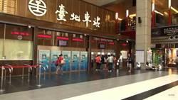 台北轉運站前草坪傳火警 警員持滅火器撲滅