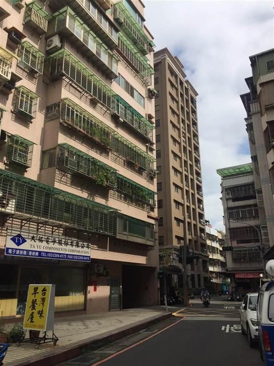新北市新莊區4日上午發生17歲少女在家燒炭輕生,家屬緊急報警送醫搶救中。(吳岳修攝)