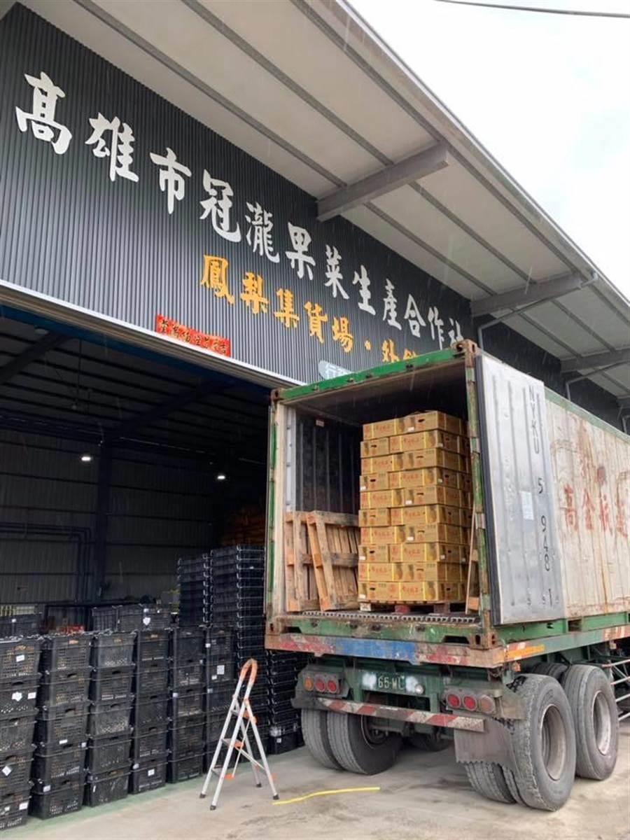 高雄30貨櫃蓮霧、鳳梨昨晚銷住大陸。翻攝《韓國瑜後援會》臉書