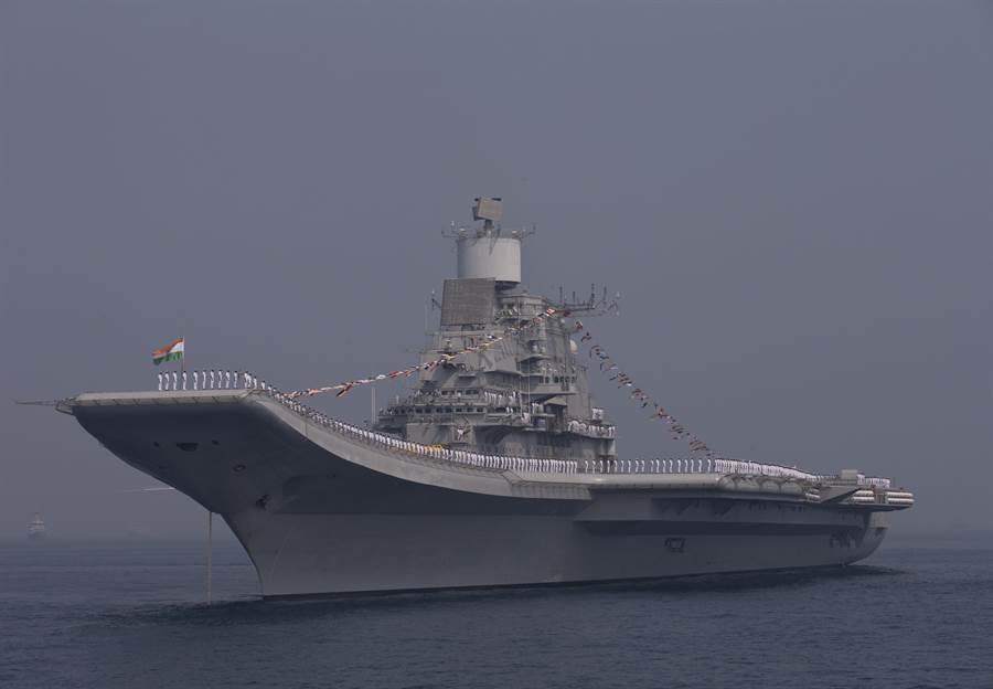 印度現役唯一航母維克拉瑪蒂亞號。(圖/美聯社)