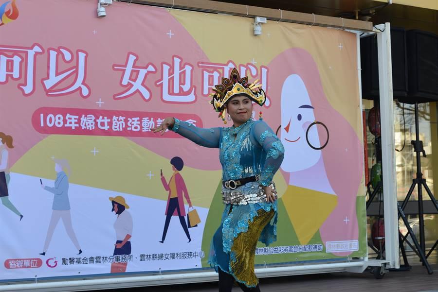 印尼新住民張梅花以精彩舞蹈為雲林縣府婦女節活動揭開序曲。(許素惠攝)