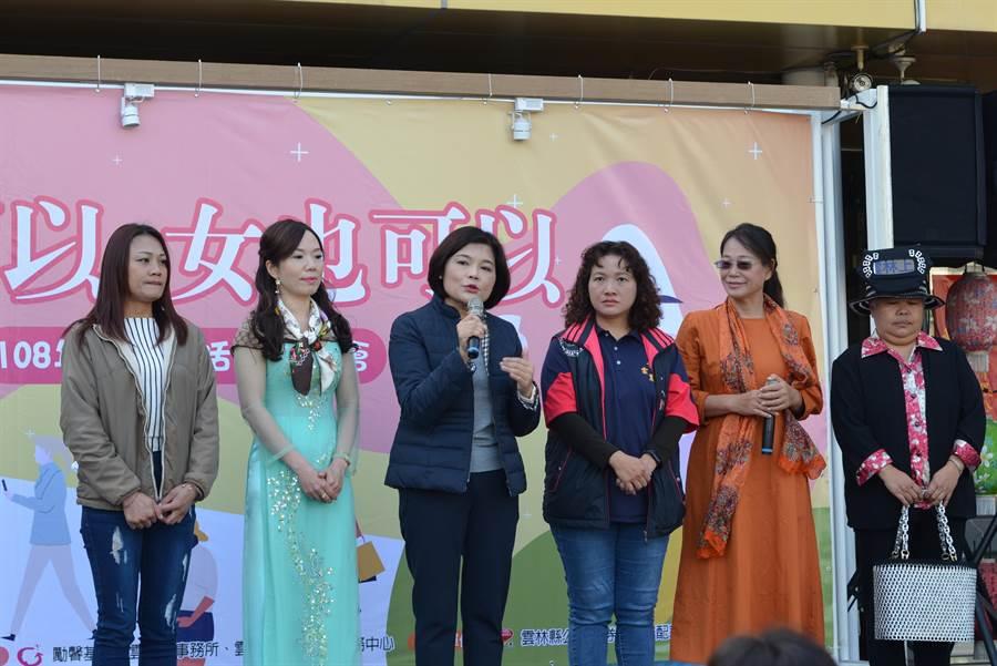 雲林縣張麗善(右四)說全國只有雲林縣正副都是女性,代表女力出頭,右二為副縣長謝淑亞。(許素惠攝)