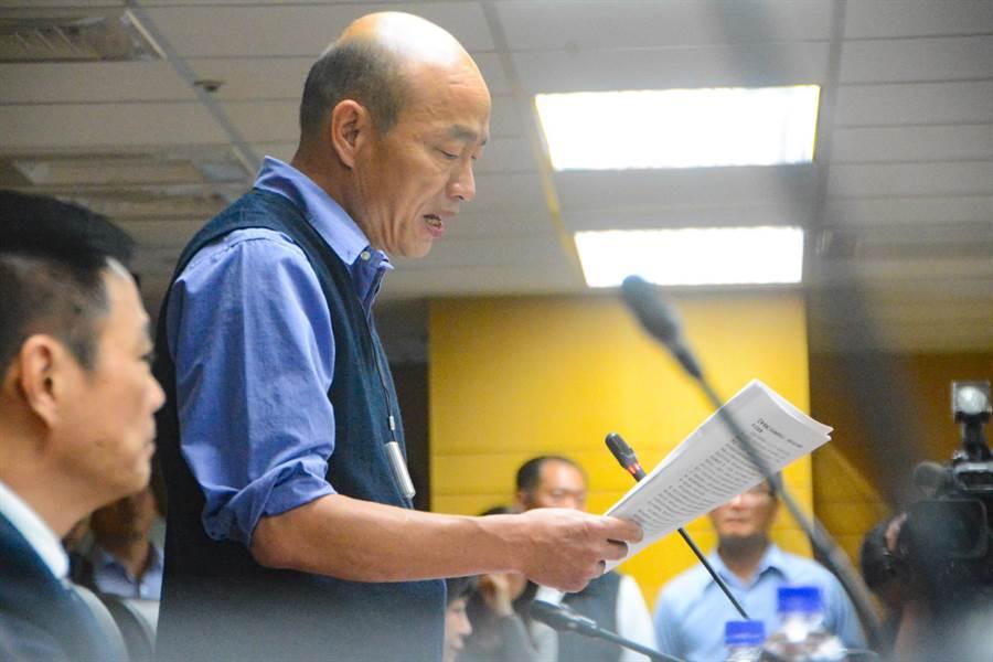 高雄市府兩岸工作小組首度開會,由於兩岸議題相當敏感,市長韓國瑜開場致詞時難得照稿念。(林宏聰攝)