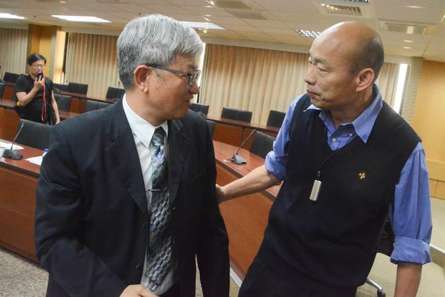 高雄市長韓國瑜(右)一進入會場,先與委員們握手致意,圖中兩岸工作小組委員為高雄師範大學校長吳連賞。(林宏聰攝)
