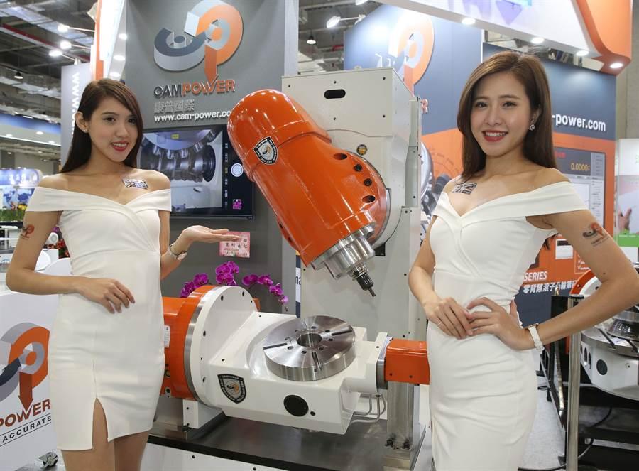 康普國際推出台灣目前最大規格滾子凸輪搖擺頭,以及滾子凸輪四五軸,適合用于龍門加工機以及航太產業,吸引全場目光。(王英豪攝)