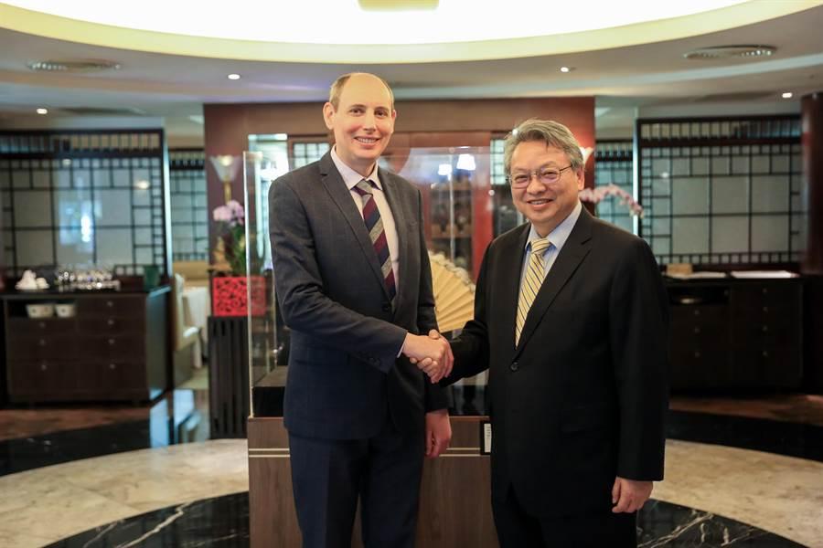 台中市副市長令狐榮達(右)4日與國際園藝生產者協會(AIPH)秘書長提姆.普瑞克利夫,在台中舉行會議,雙方獲共識。(盧金足攝)