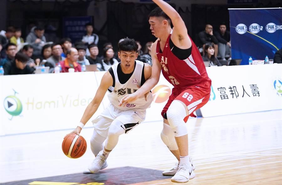 義守女教頭謝玉娟指定徐鉦順穿上5號球衣,希望他扛下這個號碼在球隊的責任。(資料照/大專體總提供)