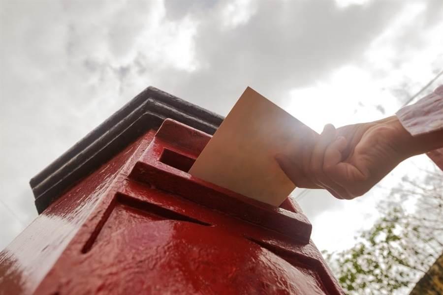 臺中市一名女里長,疑似不滿愛慕對象離婚後結識新女友,竟寄信給對方,恐嚇要掛布條公告「小三」。示意圖,與本案無關。(圖片來源:達志影像)