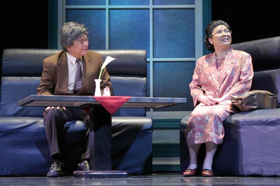 綠光劇團作品《人間條件2-她與她生命中的男人們》,劇中由李永豐(左)所飾演的武雄,和由林美秀(右)飾演千金小姐yuki在老年時重逢,內心百轉千回。(綠光劇團提供)