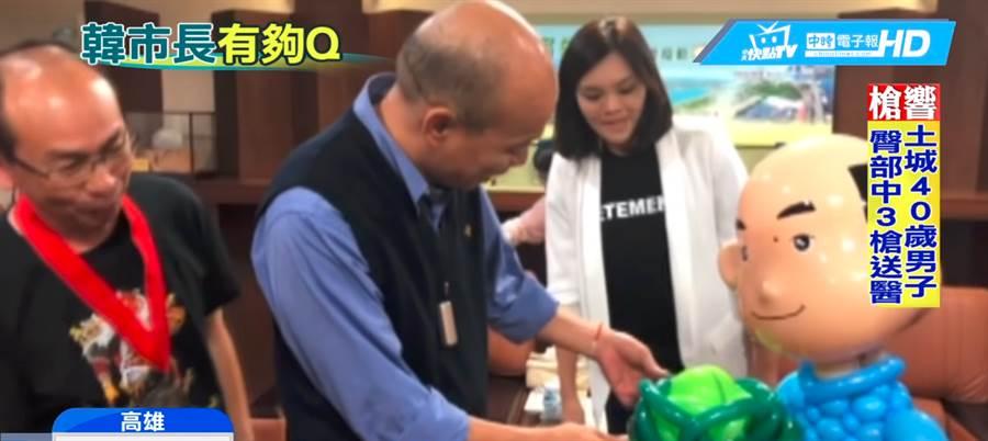 他用氣球創意扭出「韓國瑜」本尊看了驚呆猛拍肚子笑。(圖/中天新聞CH52)