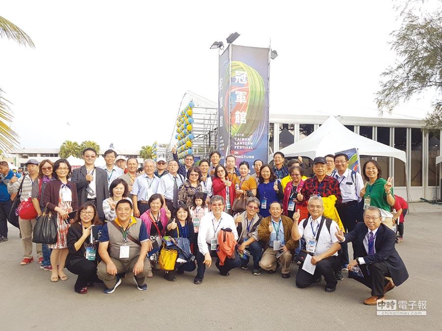屏東加工區CEO帶著愉悅心情,於台灣燈會冠軍館前合影。圖/加工處屏東分處提供