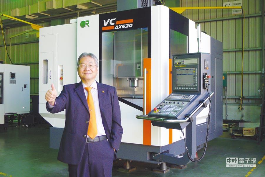 台中精機董事長黃明和展示新機VC-AX630五軸加工機。圖/業者提供