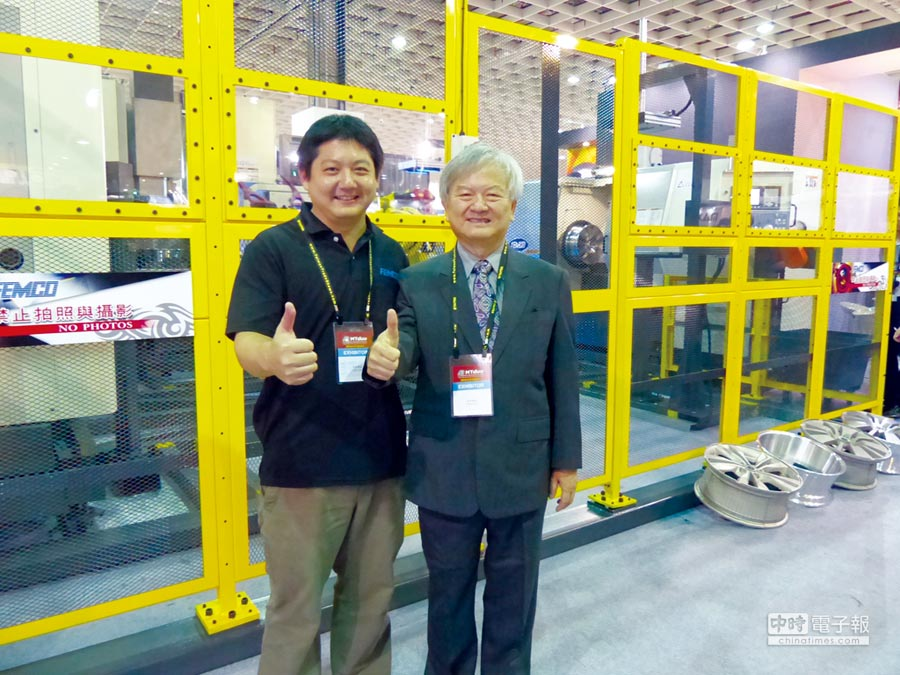 發得科技榮譽董事長莊國輝(右)與董事長莊宇龍。圖/莊富安