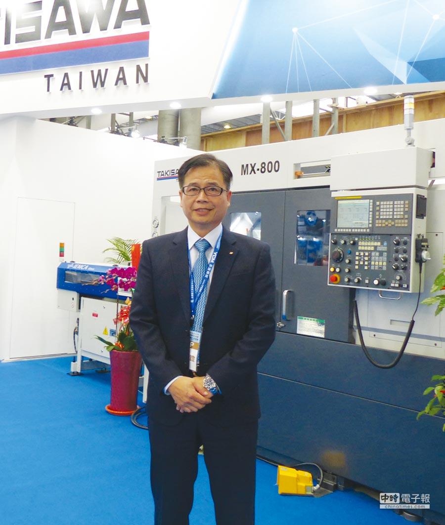 台灣瀧澤公司總經理戴雲錦與MX-800車銑複合機。圖/莊富安