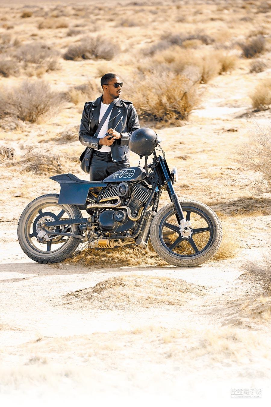麥可·B·喬丹演出COACH短片,騎著重型機車橫越沙漠。(COACH提供)