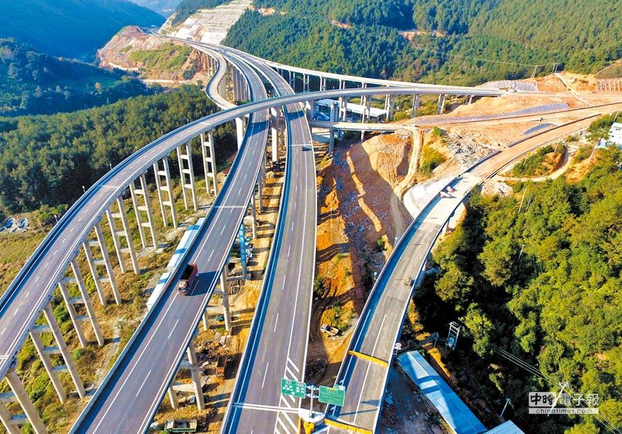 政協委員提案加速京台高速海峽西段建設。圖為2015年12月18日,全長155.285公里的京台高速建甌至閩侯段通車。(中新社)
