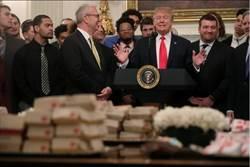 白宮接見美式足球隊 川普「又」請吃漢堡!