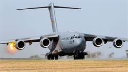 影》美國C-17運輸機引擎吸入飛鳥 立即中止起飛