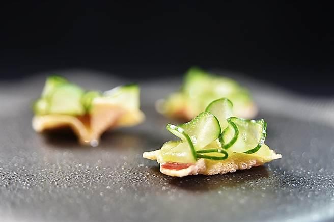 〈IMPROMPTU〉全新tasting menu第一道菜,創作靈感源於中菜「富貴雙方」,以烘乾百頁豆腐作脆餅,上面有醃漬小黃瓜和法國拜雍火腿,並用些許芥末美乃滋提味。(圖/姚舜)