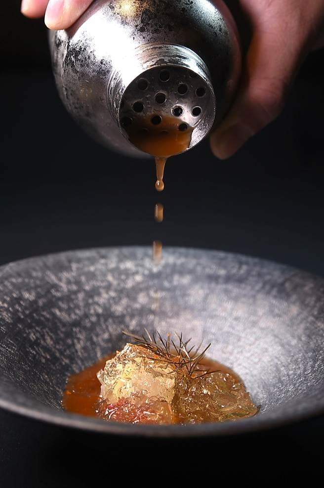 這道菜是用新鮮番茄、烘乾番茄與番茄晶凍,與九孔鮑搭配,再以調製「血腥瑪麗」手法的五味醬汁與茴香菜餚賦味,台菜元素巧妙地「置入」在時尚西菜中。(圖/姚舜)