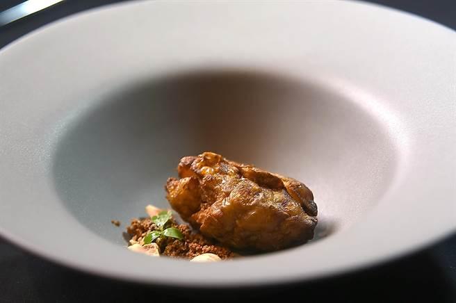 又稱「洋薑」的菊芋能平衡血糖,近年成為火紅食材,Paul將之蒸過後取出肉、烘乾再炸過,回填到皮中,再搭配焦化奶粉、榛果與香料,然後再沖入濃湯。(圖/姚舜)