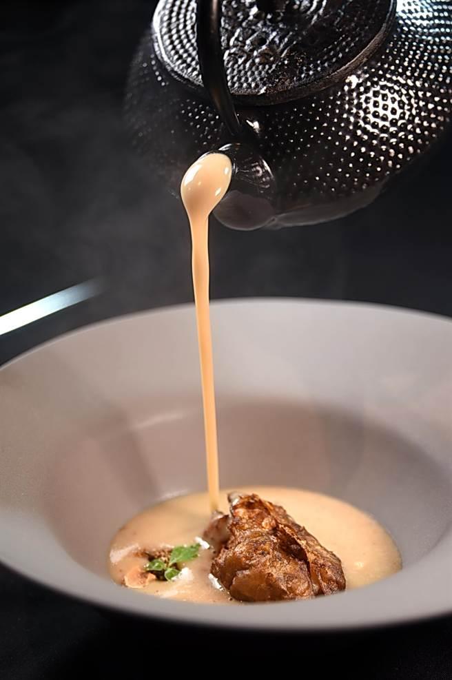 〈菊芋濃湯〉的湯是醬菊芋皮和奶油合炒後,再加入雞湯和奶油與些許芝麻熬煮而成,入口帶著一股香濃的「大地氣息」。(圖/姚 舜)