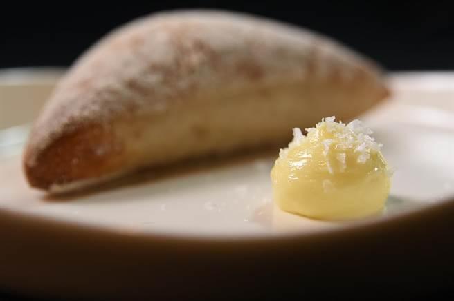 〈IMPROMPTU〉佐餐的巧巴達麵包抹醬,是將奶油打發後再放上海鹽讓客人使用。(圖/姚舜)