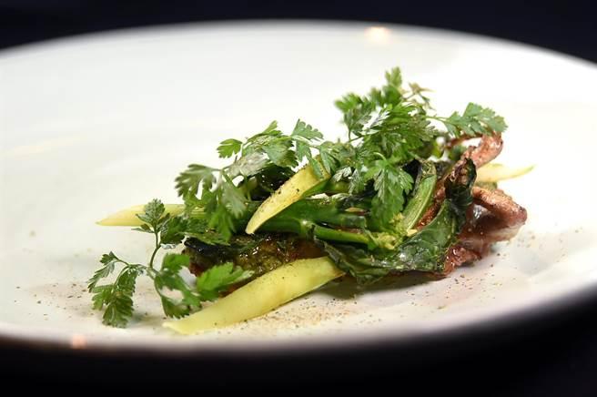 IMPROMPTU新菜〈炭烤鴳鶉〉的提味青醬,是以雪裡紅和發酵芥菜用阿根廷青醬Chimichurri作法做成,呈盤時再搭配炭烤芥蘭出菜。(圖/姚舜)