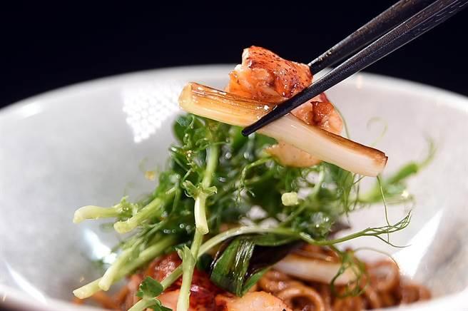 〈龍蝦麵〉的麵條是〈IMPROMPTU〉餐廳用杜蘭麥粉自製,調味醬汁是用龍蝦油、乾辣椒、烤至焦化的蔥,以及辛香料與紅酒醋熬煮並濃縮製成,味道與口感都好極了。(圖/姚舜)