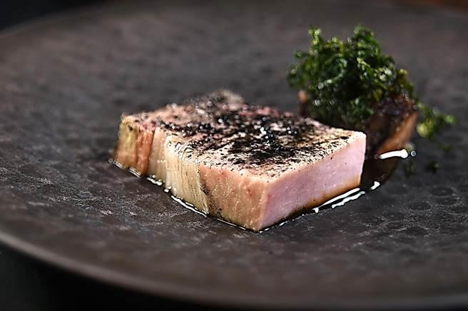 乾式熟成10天的南投黑豬里肌,用稻草先煙燻賦味後再慢烤,並用混和了稻灰竹鹽巴提味,入口肉質軟嫩且帶有脂香,淋漓  詮釋了台灣好豬的特色。(圖/姚舜)