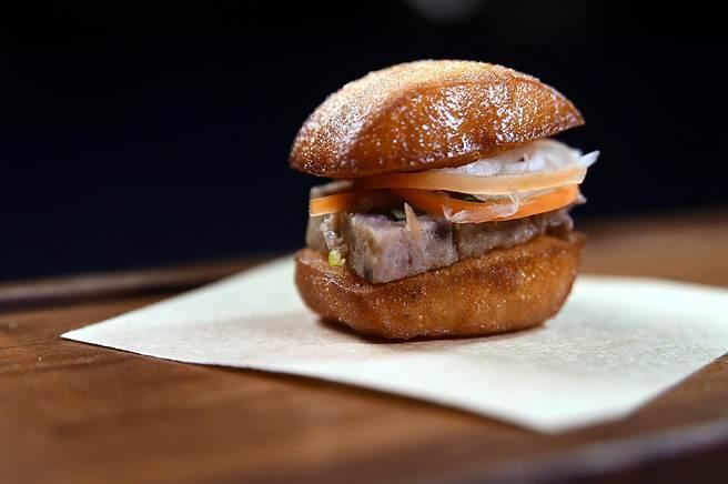 靈感源於越南三明治的〈炸饅頭〉,裡餡是法式肉派,並用了九層塔、薄荷葉與醃漬的紅白蘿蔔搭配。(圖/姚舜)
