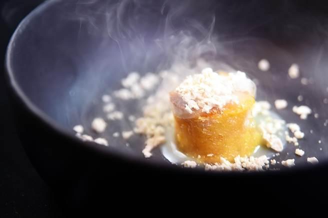 甜點〈白巧力麵包布丁〉的彈Q口感很像「可麗露」,搭配用氮氣打出的鴨肝慕斯入口,甜鹹共冶,味道好極了。(圖/姚舜)