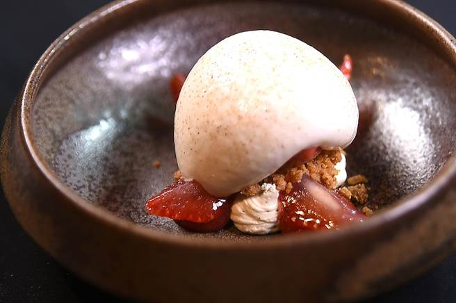 用花椒味的Foam與草莓Sorbet、用萬壽菊蜜過的草莓,以及白巧克力甘納許搭配,味道與口感極富層次。(圖/姚舜)