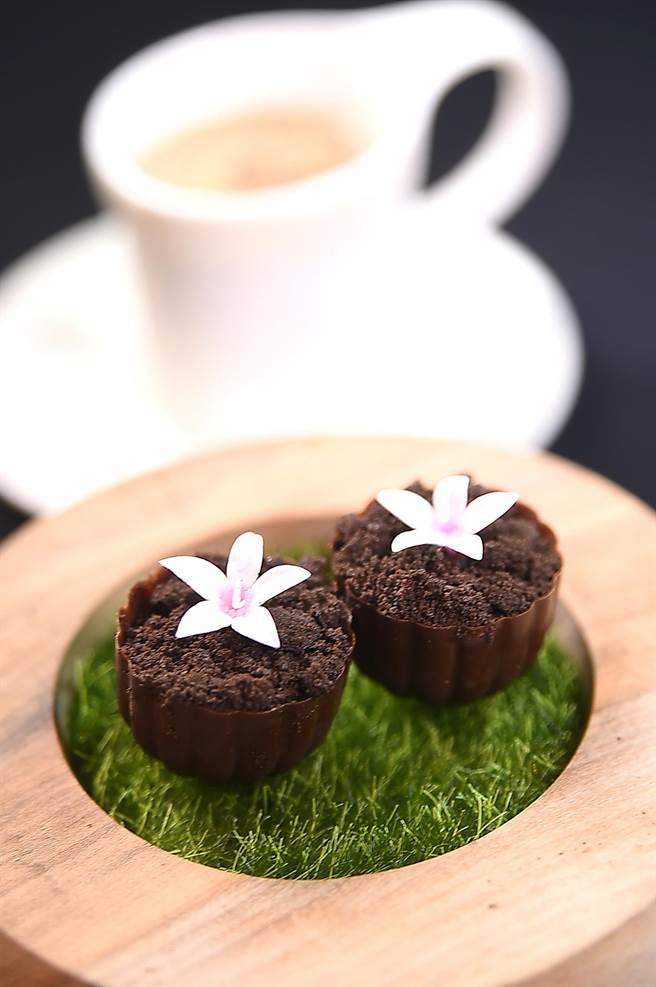 〈巧克力bonbon〉的內餡有白巧克和香草作的甘納許,〈IMPROMPTU〉是將之與〈鴛鴦奶茶〉一起上桌。(圖/姚舜)