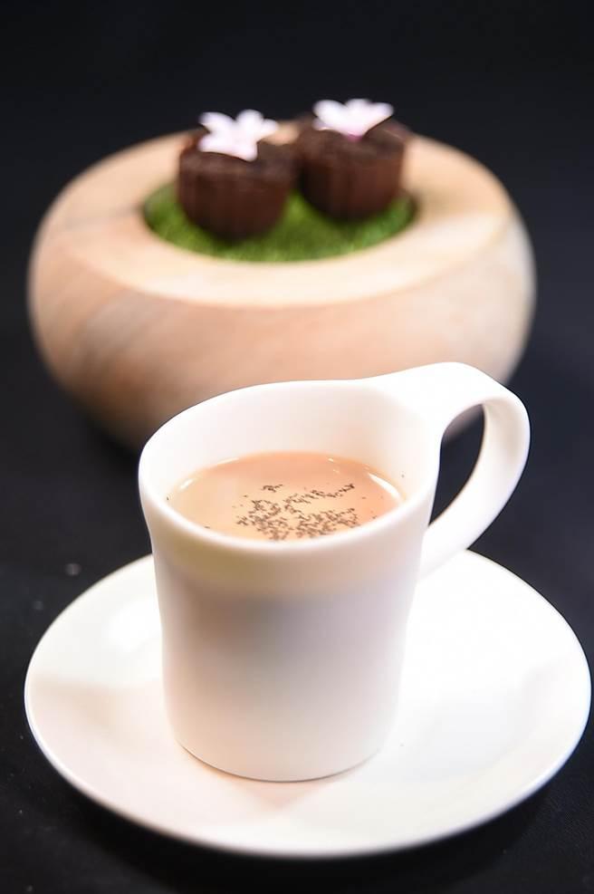 用香濃奶茶搭配〈巧克力bonbon〉作tasting menu結尾,東西融合創造趣味,(圖/姚舜)