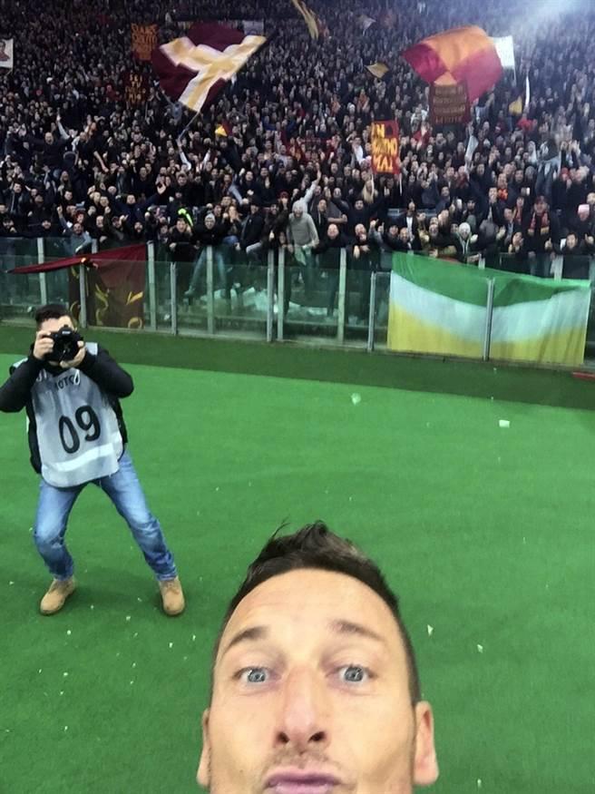 「羅馬王子」托提在2015年對死敵拉齊歐的「首都德比」進球後,也曾拿手機在場上自拍。(網路翻攝)