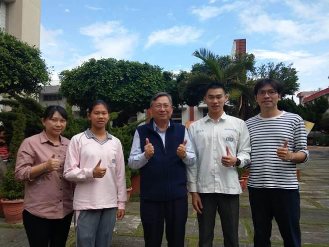 四維高中校長蔡忠和(中)與許佳琳、潘昱婷、潘子易、郭俊男(由左至右)合影,同感振奮。(范振和攝)