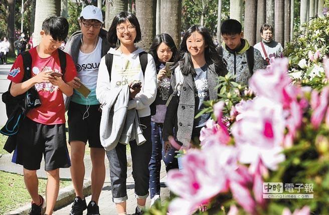每年的台大杜鵑花節吸引了大批學生與遊客參與,台大也瞬間成了網美拍照打卡的熱點。(本報系資料照)