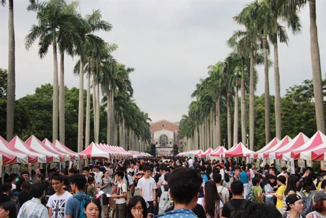 台大杜鵑花節期間同步舉辦的社團博覽會也吸引了滿滿的參觀人潮。(取自台大課外組FB)