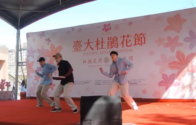 圖為2018台大杜鵑花節熱舞社帶來的開場演出。(取自國立台灣大學FB)