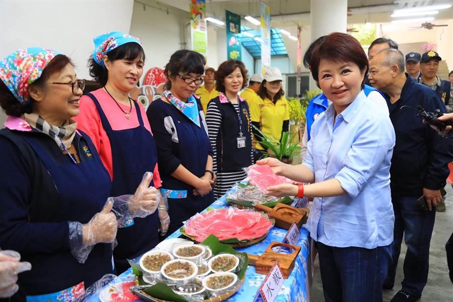 台中市長盧秀燕(右一)對客家媽媽手作的米食讚譽有加。(王文吉攝)