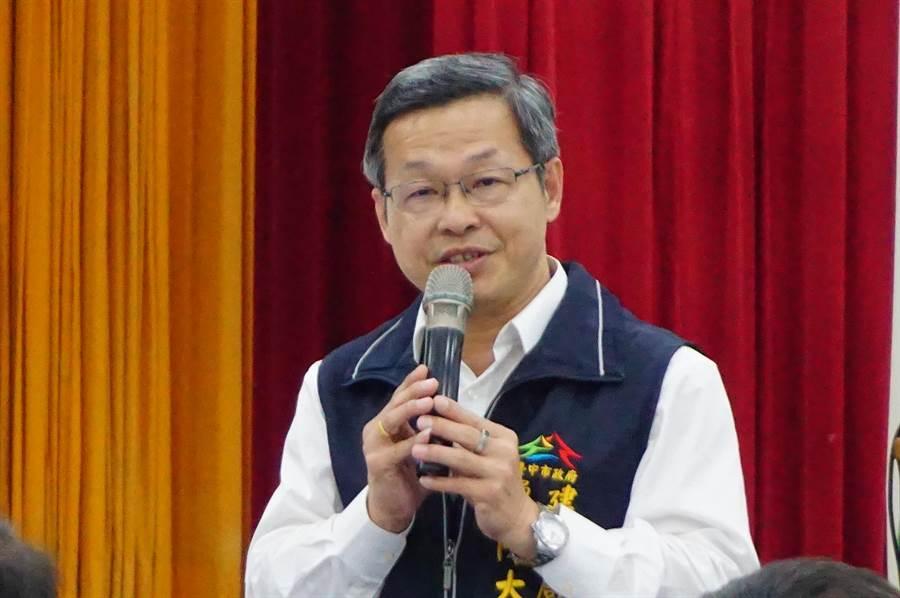 建設局長陳大田現場答覆「東豐快」重啟環評的進度。(王文吉攝)