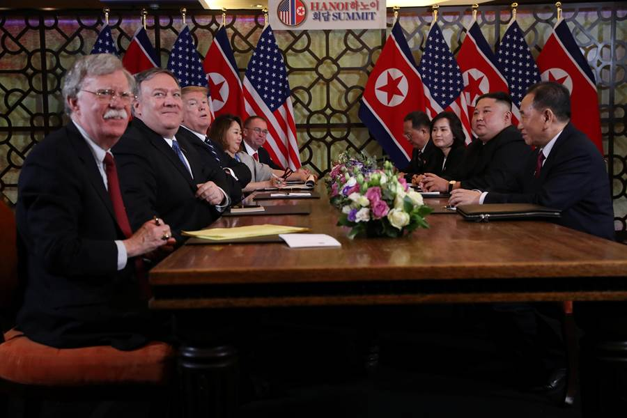 據說在去年川金新加坡峰會時,北韓最高領導人金正恩(右二)當面說美國國家安全顧問波頓(左一)在北韓很有名,並主動要求合照。圖為美國總統川普(左三)今年2月28日在越南河內與金正恩舉行峰會的畫面。(路透)