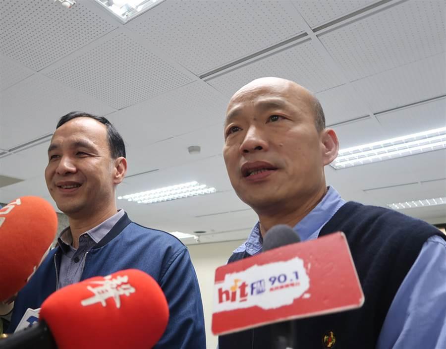 前新北市長朱立倫(左)5日到高雄市拜訪高雄市長韓國瑜(右),朱立倫面對媒體聯訪時強調,兩人「絕對不會是對手、絕對同心協力」。(中央社)