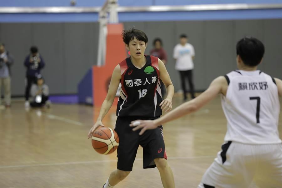 國泰新秀陳薇安(中)為球隊提供穩定火力。(中華籃協提供)