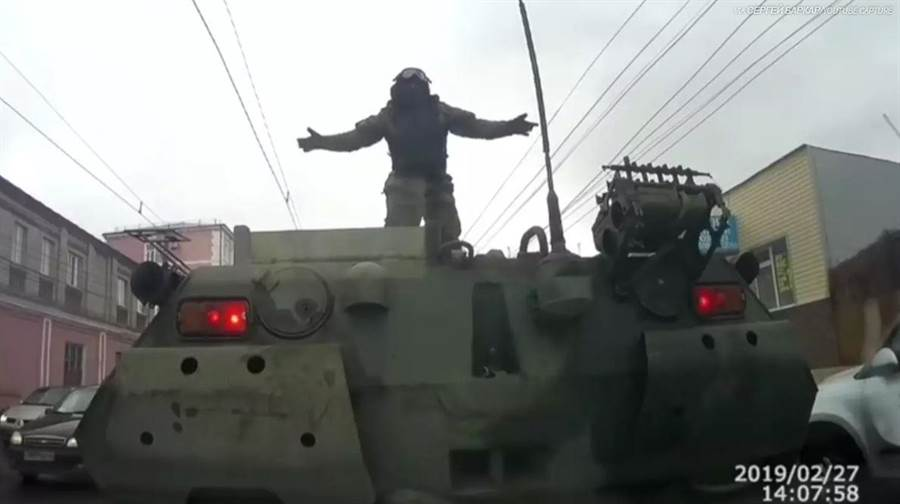 BTR-80裝甲車倒退撞上後方轎車,裝甲車指揮官僅是兩手一攤。(圖/Rob Lee twitter)